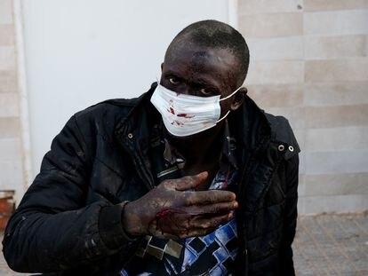 Uno de los inmigrantes subsaharianos que han logrado saltar la valla fronteriza de Melilla y han sido acogidos en el CETI de la ciudad autónoma.