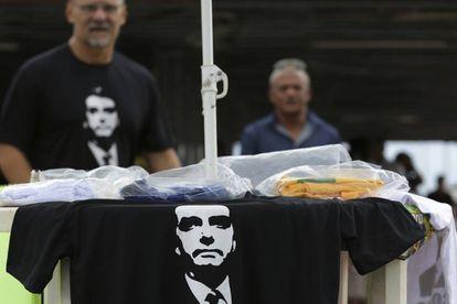 Venta de camisetas con el retrato del ultra Bolsonaro este miércoles en Brasilia.