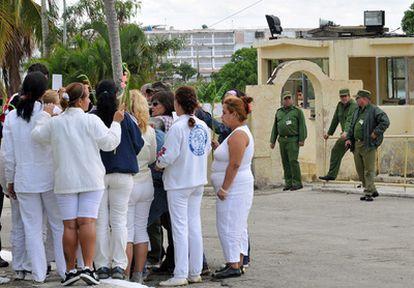 Las disidentes Damas de Blanco reclaman la libertad de los presos políticos con una protesta pacífica en la entrada de la prisión Combinado del Este, en La Habana