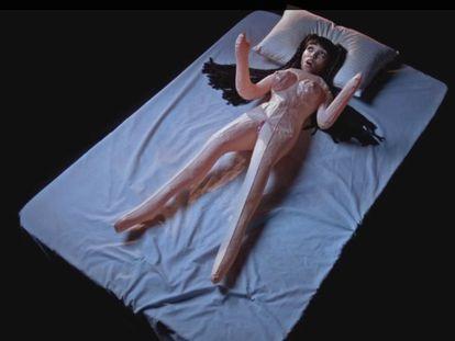 La cantante se disfraza de muñeca hinchable en su nuevo vídeo. ¿Casualidad?