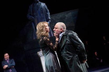 Simon Russell Beale (derecha), en la nueva producción de Sam Mendes de 'El Rey Lear' para el National Theatre de Londres.
