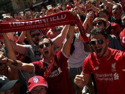 Aficionados del Liverpool en Madrid. En vídeo, Madrid vibra con la final de la Champions y su música.