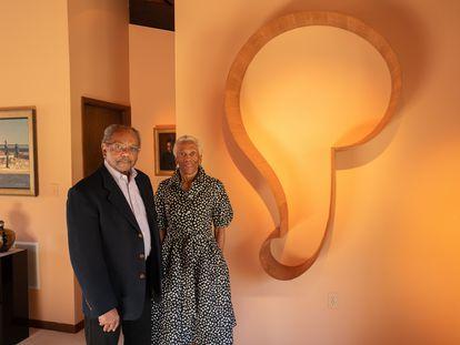 Los mecenas estadounidenses Eddie y Sylvia Brown, en su casa de Baltimore (EE. UU), en abril pasado.