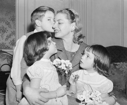 Ingrid Bergman con sus tres hijos, en París en 1957.