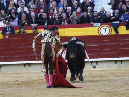El Cid, en un desplante ante uno de sus toros.