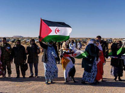 Miembros de la comunidad saharaui que viven en territorio marroquí asisten a una muestra de maniobras militares de la República Árabe Saharaui Democrática en Mehaires.