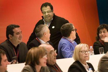 Joan Ignasi Elena, en el centro, conversa con Pere Navarro y Àngel Ros, de perfil.