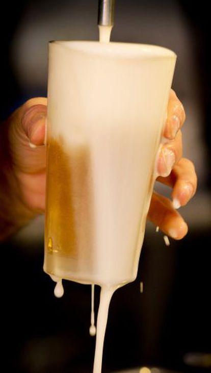 Un camarero tira una cerveza en el Restaurante Forneria Ballaro.