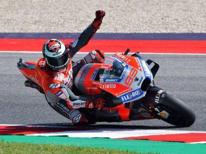 Lorenzo celebra la consecución de la 'pole' en Misano.