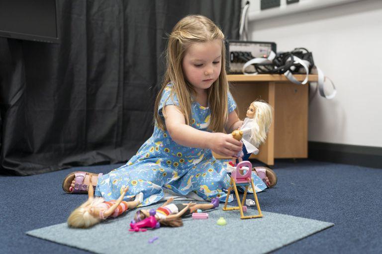 Un estudio impulsado por Barbie muestra que jugar con muñecas activa regiones cerebrales que fomentan la empatía