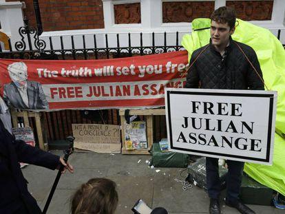 Varios activistas acampados en la Embajada de Ecuador en Londres piden la liberación de Assange, este jueves. En vídeo, las declaraciones del ministro de Exteriores de Reino Unido, Jeremy Hunt.