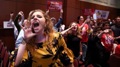 Una madre grita en la reunión del consejo escolar del condado de Loudoun, el 22 de junio.
