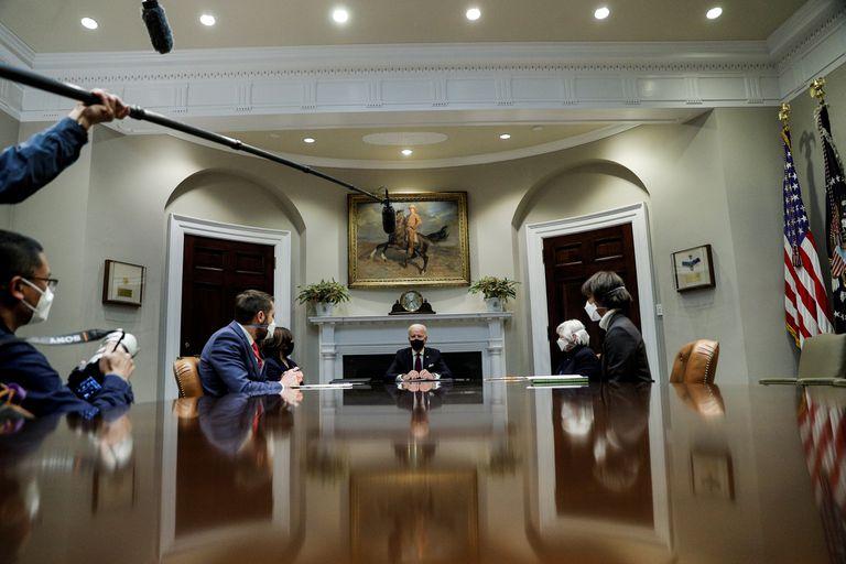 Joe Biden, con Kamala Harris, Janet Yellen y otros colaboradores, a principios de marzo en la Casa Blanca.