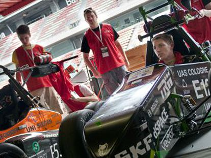 Dos coches desarrollados por universidades alemanas entran en el garaje para ser supervisados.