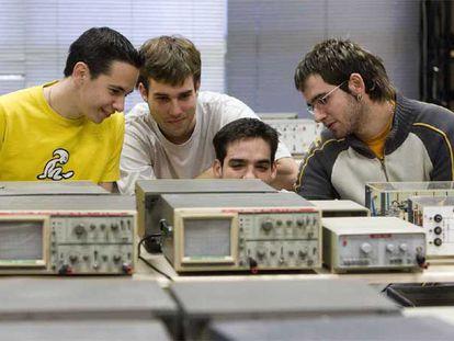 Varios alumnos de un ciclo superior de Formación Profesional del centro Diocesanas, en Vitoria.