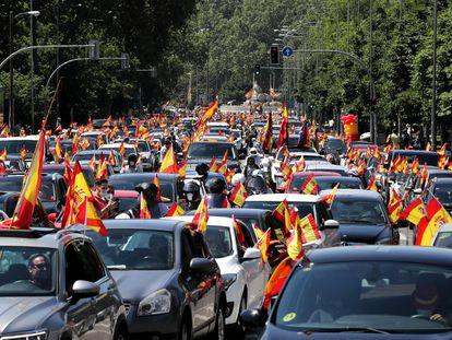 Decenas de vehículos, en la manifestación convocada por Vox, este sábado en la plaza de Cibeles en Madrid.