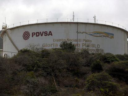 El logo de PDVSA en un tanque en la refinería El Palito en Carabobo, Venezuela.