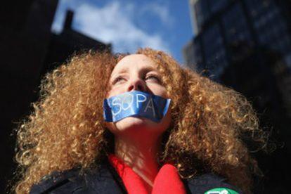 Una mujer protesta contra las leyes 'antipiratería' de EE UU.