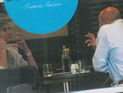 La consejera Alba Vergés y Xavier Vendrell, de espaldas, hablan en un restaurante de Barcelona. Imagen contenida en el sumario.