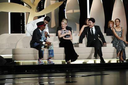 Spike Lee se sienta tras cometer el error de anunciar antes de tiempo la Palma de Oro.
