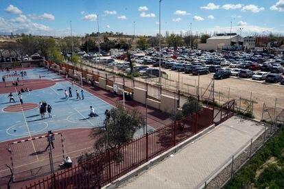 Parcela municipal que ocupa un parking para empleados de Iberdrola junto al colegio Juan Zaragüeta del distrito de Hortaleza.