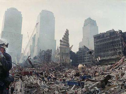 Los equipos de rescate trabajan entre los escombros de las Torres Gemelas de Nueva York tras el atentado del 11-S.