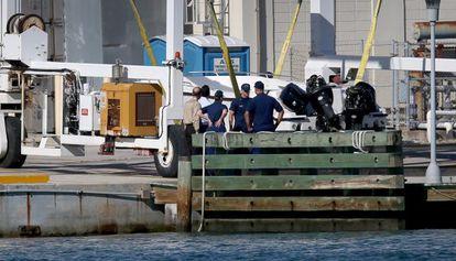 Un grupo de guardacostas examina el buque.