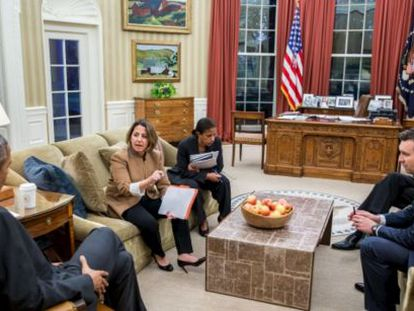 Barack Obama, reunido el viernes por la noches en el Despacho Oval.