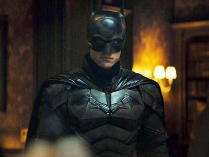 Robert Pattinson con el traje de Batman, un invento endiablado y aparatosos que obligaba a los actores que le han dado vida a pasar horas y horas sin poder hacer sus necesidades.