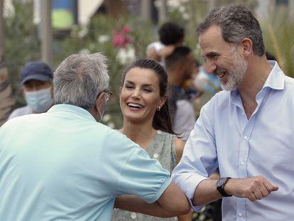 Felipe VI saludando con el codo a un ciudadano, durante la visita de Los Reyes a Las Palmas de Gran Canaria.