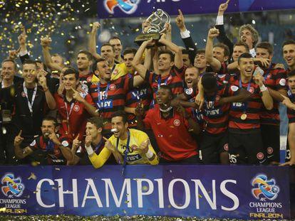 Los jugadores del Western Sidney australiano levantan el título de la AFC Champions League en 2014.