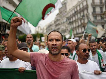 Manifestantes argelinos contra la élite política, este viernes en Argel.