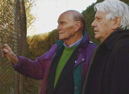 Marcos Ana y Semprún contemplando el derribo de la cárcel de Carabanchel.