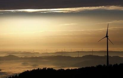 Varias turbinas eólicas, en Zell am Hamersbach (suroeste de Alemania) en noviembre de 2020.