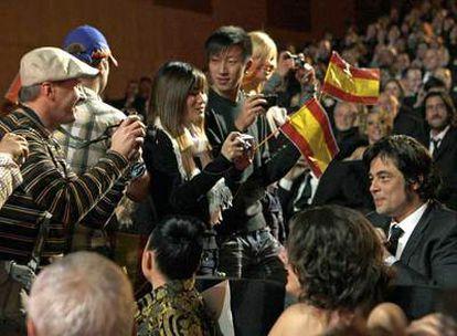 Un <i>sketch</i> de la gala, que incluía una excursión de turistas a la butaca de Benicio del Toro.