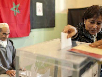 Una mujer vota en un colegio electoral en Rabat, Marruecos.