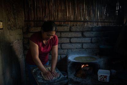 Una mujer cocina tortillas en la estufa artesanal de su casa en el Estado de Oaxaca.