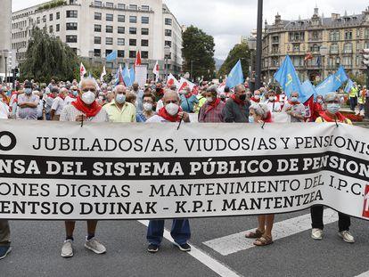 Un grupo de pensionistas se manifiesta en Bilbao para reclamar pensiones dignas.