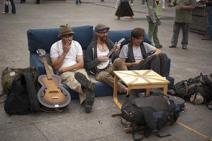 Tres de los acampados, en uno de los sofás instalados en la Puerta del Sol.