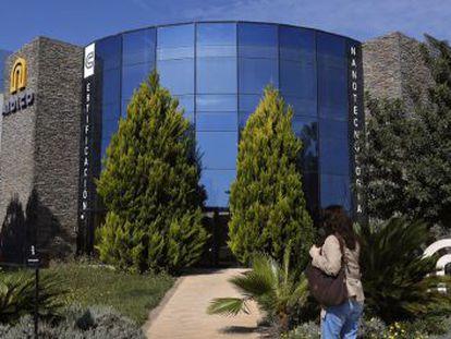 Una mujer se dirige al edificio del instituto tecnológico de la construcción en el parque tecnológico de Paterna.
