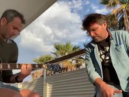 Jordi Évole interpreta acompañado de un guitarrista el tema 'Grita' de Pau Donés en un vídeo publicado en redes sociales en junio de 2021.