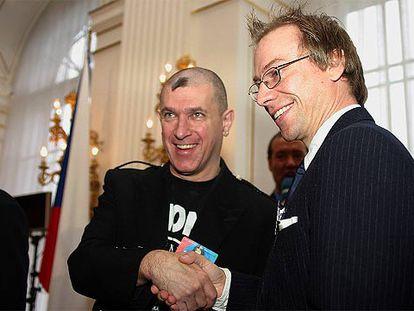 Howard Jacobs (izquierda) y Anders Karlsson se saludan tras recoger el Premio Descartes en Praga.