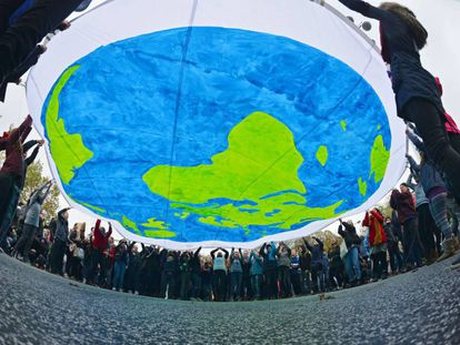 Activistas se manifiestan durante la jornada inaugural de la COP23 en Bonn.