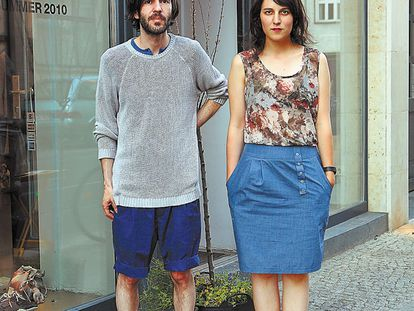 Silvia Salvador y Nando Cornejo, alias Poti Poti, ante su tienda de Berlín, donde celebraron su fiesta patrocinada por Tanqueray durante el Bread & Butter.