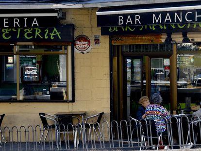 Varias mujeres toman un café en la terraza de un bar de Usera, uno de los barrios afectados por las restricciones sanitarias de Madrid.