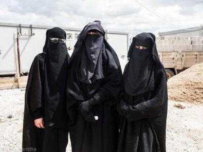 EL PAÍS localiza en el campo sirio de Al Hol, donde se hallan retenidos miles de familiares de yihadistas, a dos ciudadanas españolas y una marroquí -madre de tres menores españoles- que viajaron con sus esposos a Siria en 2014 y han sobrevivido al derrumbe del califato