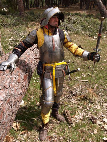 Un hombre ataviado con un armadura del siglo XV, en una foto facilitada por Baluarte.