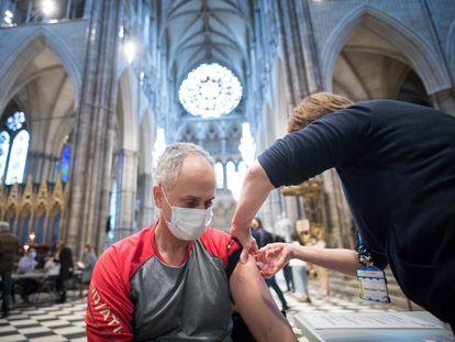 En el Reino Unido ya han puesto 50 millones de vacunas, la mayoría en una única dosis. En la imagen, vacunación en la Abadía de Westminster.