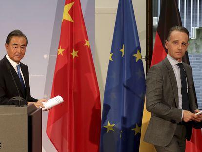 Los ministros de Exteriores de China, Wang Yi, y de Alemania, Heiko Maas, tras una reunión en Berlín.