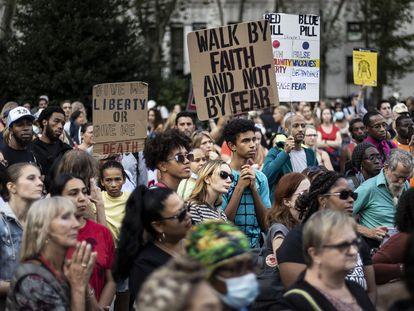 Protesta contra la vacunación obligatoria de docentes o sanitarios, este lunes en Nueva York.